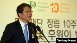 류길재 한국 통일부 장관이 18일 서울 세종문화회관에서 열린 평화재단 창립 10주년 기념 행사에 참석해 축사하고 있다.
