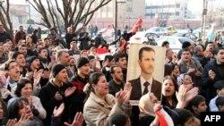 Pristalice sirijske vlade demonstrirale su juče u Homsu u znak podrške predsedniku Bašaru al-Asadu
