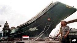"""Ukrajinski nosač zrakoplova """"Varyag"""" u brodogradilištu Mykolayiv, u svibnju 1997. Kina je kupila praznu oplatu tog broda koja je služila kao temelj prvom kineskom nosaču aviona."""