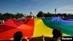 Las propuestas de Obama a favor de los derechos de los homosexuales, bisexuales y transexuales le otorgan popularidad en esta comunidad.