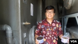 Yunus Fransiscus menunjukkan hasil pupuk organik dari feses atau kotoran manusia di dalam storage room Ubaya Training Center, Trawas, Mojokerto, Jawa Timur, Rabu (15/4). (VOA/Petrus Riski)