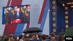 普京两个星期前在莫斯科郊外的一个武器展上发表讲话(2015年6月16日 美国之音白桦拍摄)
