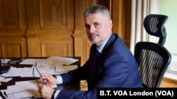 """Український посол у Лондоні Вадим Пристайко під час інтерв'ю """"Голосу Америки"""". 1 жовтня 2020 р."""