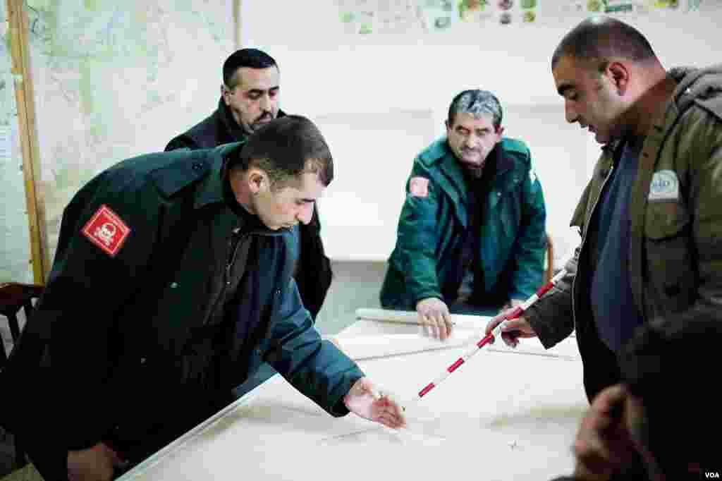 Сотрудники группы Halo Trust наносят на карту даннеые о неразминированных районах, оставшихся после войны 1992-1994 годов.