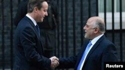 ນາຍົກລັດຖະມົນຕີອັງກິດ ທ່ານ David Cameron (ຊ້າຍ) ຈັບມືກັບນາຍົກລັດຖະມົນຕີອີຣັກ ທ່ານ Haider al-Abadi ຢູ່ນອກທຳນຽບນາຍົກອັງກິດ (22 ມັງກອນ 2015)