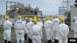 Tim inspeksi IAEA pada saat memeriksa pembersihan di PLTN Fukushima di Jepang (1/7).