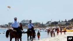 Des policiers patrouillent sur la plage de Sousse, Tunisie, le 28 juin 2015.