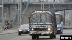 3月6日平壤街道上行驶的一辆公共汽车上盖着网状伪装