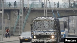 Wata motar bus a birnin Pyongyang rufe da kakin sojoji. Kyodo, Maris 6, 2013.