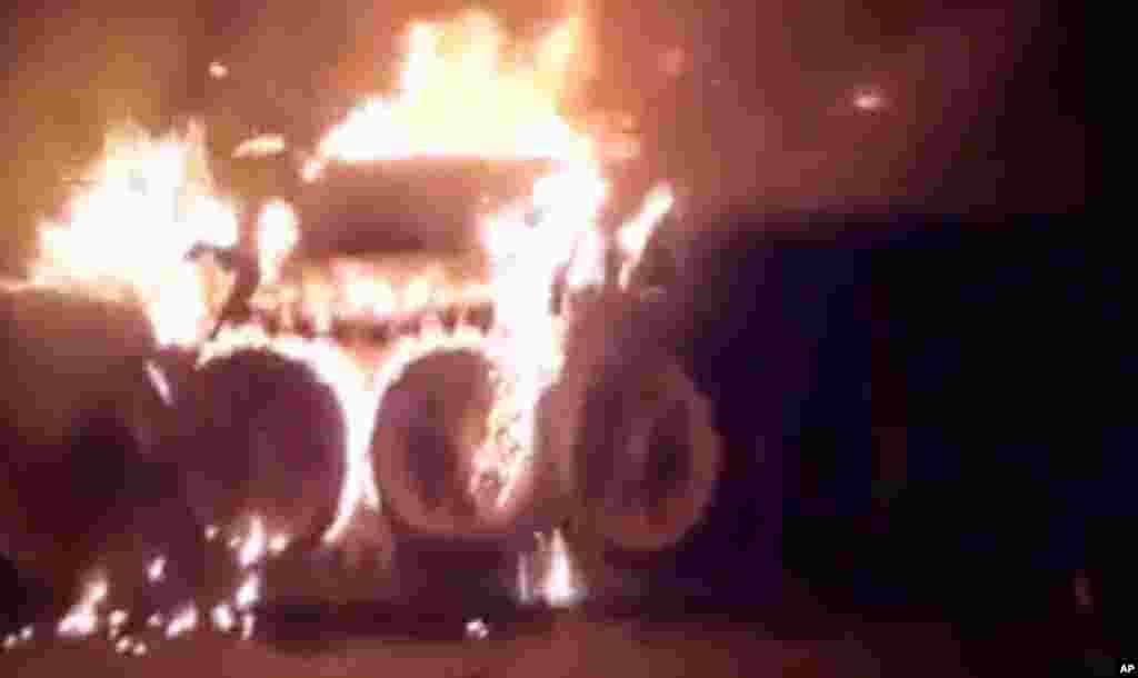Havaskor videodan olingan tasvir, poytaxt Damashqda armiyaga tegishli tank yonmoqda, 18-iyul, 2012-yil.