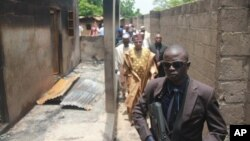 Governador do Estado do Borno, Kashim Shettima visita uma mesquita alvo de ataque de radicais em Konduga, 13 Ago. 2013.