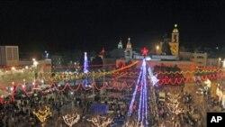ພວກສະແຫວງບຸນແລະນັກທ່ອງທ່ຽວ ສະເຫຼີມສະຫຼອງວັນຄຣີສມາສທີ່ ວັດໃຫຍ່ Nativity ເມືອງ Bethlehem ເຂດ West Bank