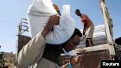 Sudan ႏိုင္ငံရွိ Rakuba ဒုကၡသည္စခန္းက အမ်ိဳးသားတဦး WHO ကမာၻ႔က်န္းမာေရးအဖြဲ႔က အစားအစာအိတ္ေတြ သယ္ေဆာင္ေနတဲ့ ျမင္ကြင္း။ (ဒီဇင္ဘာ ၀၃၊ ၂၀၂၀)