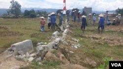 Saluran irigasi gumbasa yang rusak parah akibat bencana gempa bumi di Desa Lolu, Kabupaten Sigi. Karena belum diperbaiki, areal persawahan di desa itu tidak dapat diolah petani, 12 November 2019. (Foto: Yoanes Litha/VOA)