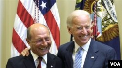 Wapres AS Joe Biden (kanan) dan Presiden Romania Traian Basescu (kiri) di Gedung Putih (13/9).