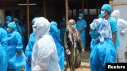 新冠疫情期间,孟加拉国的医务人员在一个拥有144张床位的治疗中心工作。(资料照片)