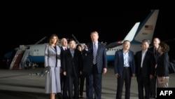 Trump, Melania e Pence na base aérea