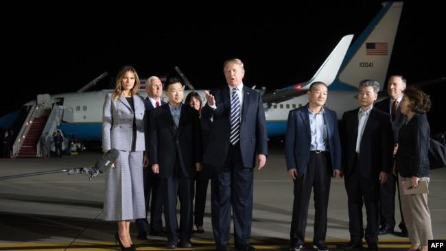 Tổng thống Donald Trump và phu nhân đón 3 công dân Mỹ vừa được phóng thích.