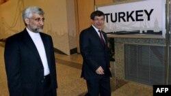 Глава иранской делегации Саид Джалили (слева) в сопровождении министра иностранных дел Турции Ахмета Давутоглу