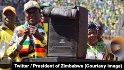 Le président sortant Emmerson Mnangagwa, 2e à gauche, lors d'un rassemblement de campagne avant la présidentielle du 30 juillet, à Harare, Zimbabwe, 28 juillet 2018. (Twitter/President of Zimbabwe)