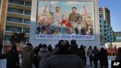 17일 북한 김정일 국방위원장이 사망3주기를 맞아 북한 주민들이 평양 평천구역의 김일성, 김정일 초상화 앞에 모여있다.