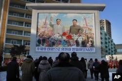 Dân Bắc Triều Tiên tập trung trước ảnh chân dung khổng lồ của nhà lãnh đạo quá cố Kim Il Sung, trái, và Kim Jong Il để tỏ lòng tôn kính.