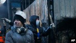 Những người biểu tình dựng lên các chướng ngại vật chống cảnh sát chống bạo động tại Kiev, Ukraina, 24/1/2014