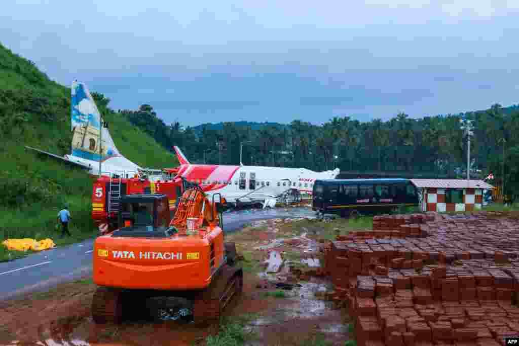 طیارے کی لینڈنگ کے دوران کیرالا میں بارش ہورہی تھی جس سے طیارہ دور تک پھسلتا چلا گیا۔ ہلاک ہونے والوں میں طیارے کا پائلٹ کیپٹن دیپک سیٹھ ، معاون پائلٹ اکھیلیش کمار اور چار بچے بھی شامل ہیں۔