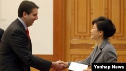 박근혜 한국 대통령이 지난해 11월 청와대에서 마크 리퍼트 신임 주한 미국대사로부터 신임장을 제정받고 있다. (자료사진)