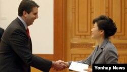 박근혜 한국 대통령이 21일 청와대에서 마크 리퍼트 신임 주한 미국대사로부터 신임장을 제정받고 있다.
