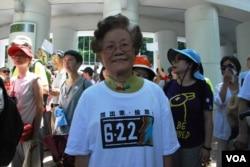 70岁的廖婆婆表示,如果真的发生占领中环行动,她会参加,不怕被拘捕(美国之音汤惠芸拍摄)