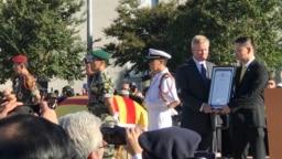 Thị trưởng Tạ Đức Trí trao kỷ niệm chương cho cựu thượng nghị sĩ Jim Webb tại buổi lễ tưởng niệm ngày 26/10/2019
