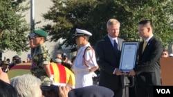 Thị trưởng Trí Tại trao kỷ niệm chương cho cựu thượng nghị sĩ Jim Webb.