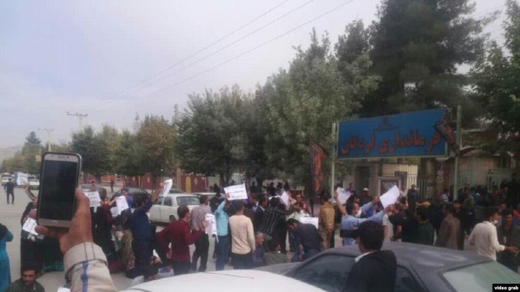 تجمع اعتراضی در مقابل فرمانداری لردگان