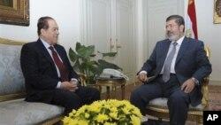 8일 이집트 대통령궁에서 회동한 무함마드 무르시 대통령(오른쪽)과 카말 엘-간주리 총리.