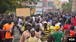 Burkina Faso opposition protesters on streets of Ouagadougou, January 2014 (Z. Wanogo/VOA).