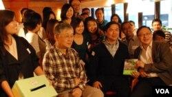 和平佔中發起人之一戴耀廷(前排右一)與資深對沖基金經理錢志健(前排右二)舉辦金融界和平佔中商討日