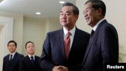 Bộ trưởng Ngoại giao Trung Quốc Vương Nghị bắt tay Thủ tướng Campuchia Hun Sen trước một cuộc họp ở Phnom Penh, 21 tháng 8, 2013