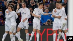Les joueurs du Real Madrid joueurs célèbrent après le deuxième but de l'équipe marqué par Cristiano Ronaldo, lors d'un match de football de La Liga espagnole entre Barcelone et le Real Madrid, surnommé «el clasico», au stade Camp Nou à Barcelone, Espagne, 2 avril, 2016 . (AP photo / Manu Fernandez)
