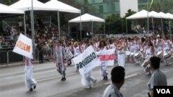 """La Banda Batalá completamente integrada por mujeres portaba las palabras """"Ordem e Progreso"""" de la bandera brasileña con el ritmo afro-brasileño de sus tambores."""