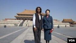 ສະຕີໝາຍເລກນຶ່ງ ສຫລ ທ່ານນາງ Michelle Obama (ຊ້າຍ) ແລະ ພັນລະຍາປະທານປະເທດຈີນ ທ່ານນາງ Peng Liyuan.