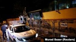 استنبول کے سعودی قونصل خانے کے باہر ترک پولیس اہلکار تعینات ہیں۔