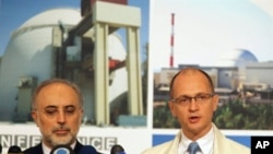 Iran's atomic chief Ali Akbar Salehi (L) and head of the Russian nuclear agency Sergei Kiriyenko hold a joint press conference following a ceremony initiating the transfer of Russia-supplied fuel to the Bushehr nuclear power plant in southern Iran, 21 Aug