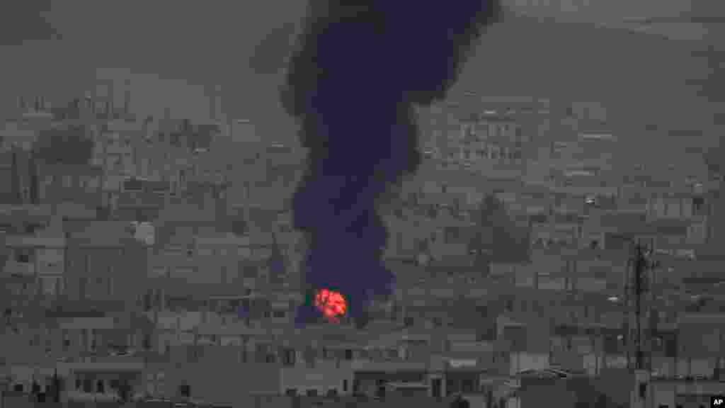 Khói lửa bốc lên từ một đám cháy sau cuộc không kích ởKobani, Syria, ngày 19/10/2014.
