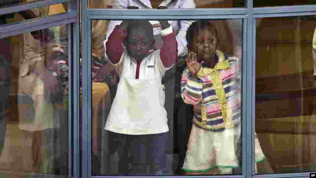 Deux enfants kenyans dans le niveau supérieure du centre commerciale, le 18 juillet 2015.