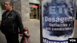 Sebuah spanduk di Spanyol bertuliskan dukungan bagi pelarangan partai politik yang terkait dengan kelompok bersenjata separatis Basque ETA.