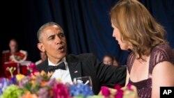 Tổng thống Barack Obama trò chuyện với Chủ tịch Hiệp hội các phóng viên Tòa Bạch Ốc Christi Parson tại dạ tiệc hàng năm tại Washington, ngày 25 Tháng 4, 2015.