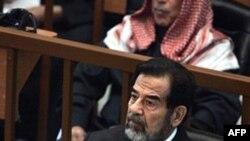 Бывший президент Ирака Саддам Хусейн на скамье подсудимых. Багдад. 28 ноября 2006 года