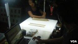 Proses digitalisasi lontar di Dinas Kebudayaan Bali (29/5).