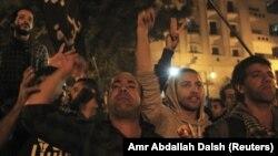 Demonstran anti pemerintah melakukan protes atas diberlakukannya undang-undang baru pembatasan demonstrasi di depan parlemen Mesir di Kairo, 27/11/ 2013.